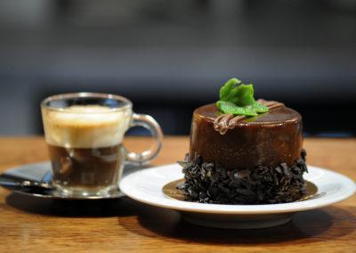káva a čokoládový dort